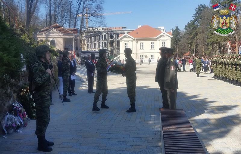 ПОНОСНО И ЕМОТИВНО ПОЛОЖЕНИ ВЕНЦИ СТРАДАЛИМ У НАТО АГРЕСИЈИ